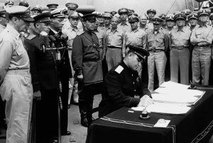 Представитель от СССР генерал-лейтенант К.Н.Деревянко подписывает акт о капитуляции Японии, линкор «Миссури», 2 сентября 1945 г.