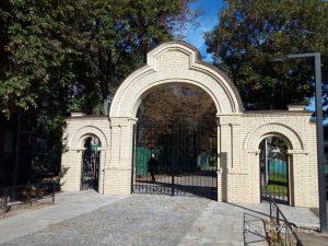 Відбудована «В'їзна Брама» до колишнього Лук'янівського єврейського кладовища, 2018 р.