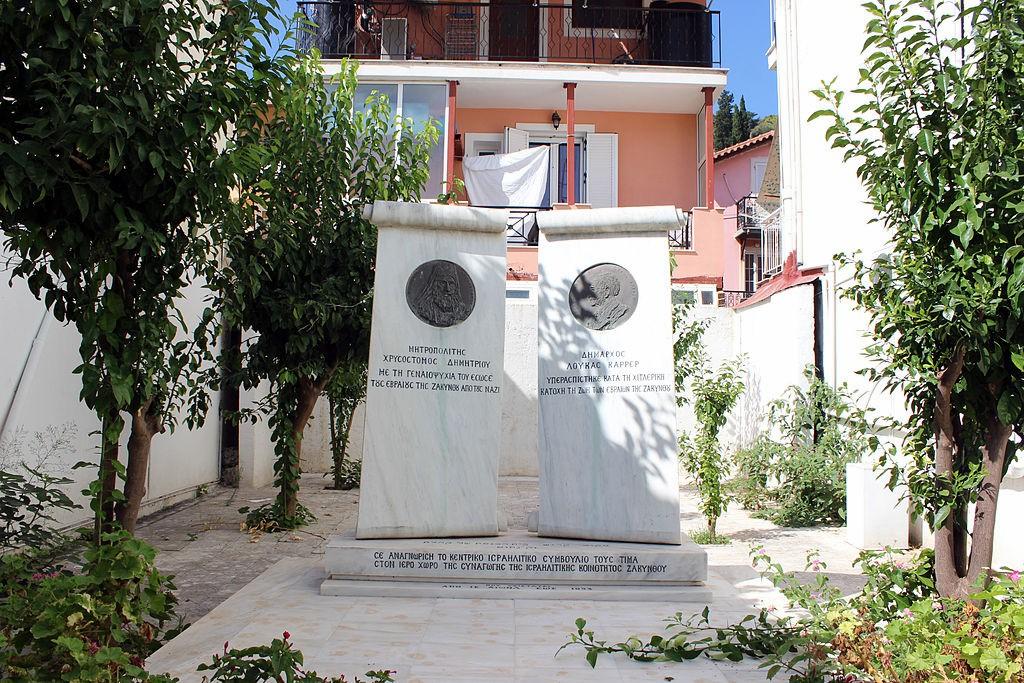 Памятник епископу Хризостому и мэру Лукасу Карреру, воздвигнутый Центральным еврейским советом Греции, на месте разрушенной землетрясением синагоги Закинфа