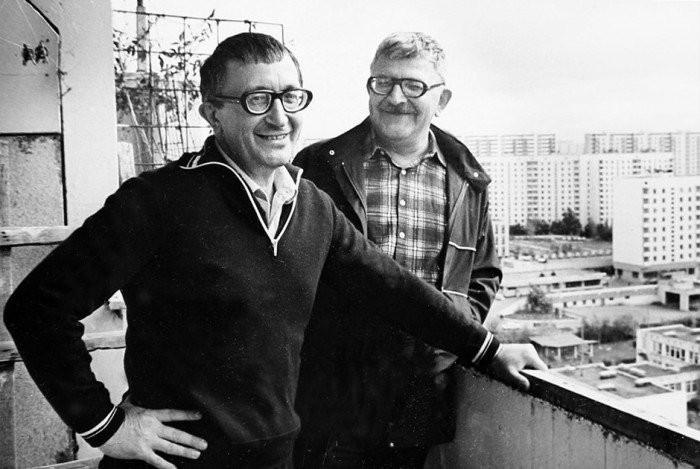 Аркадий и Борис Стругацкие на балконе московской квартиры А. Стругацкого. 1980-е