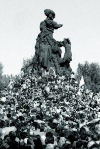 Відкриття 2 липня 1976 року монументу  «Радянським громадянам і військовополоненим солдатам і офіцерам Радянської армії, які загинули від рук німецько-фашистських окупантів в районі Сирецького масиву м. Києва