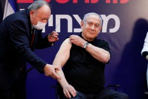Биньямин Нетаниягу делает прививку от коронавируса