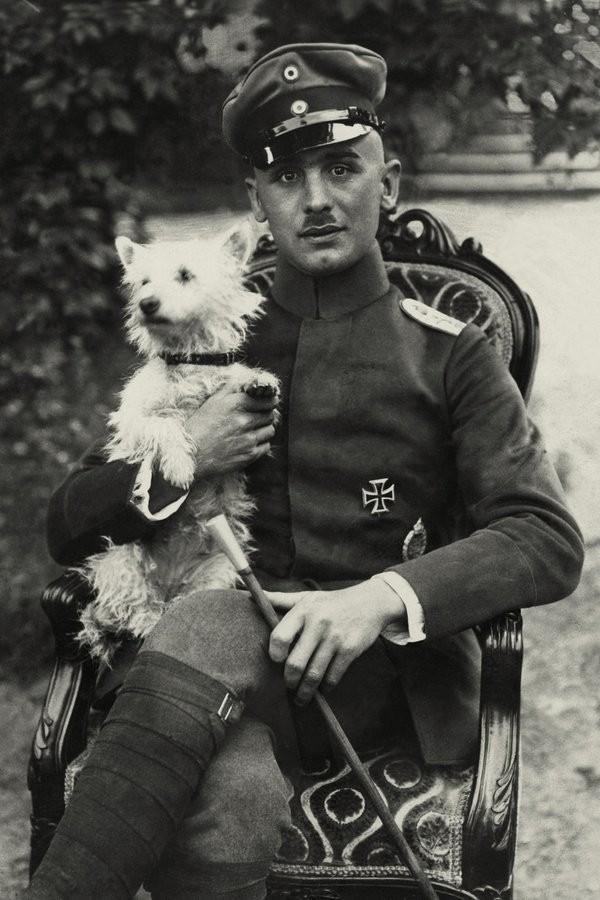 Еврейский ас капитан Рудольф Бертольд (1891-1920) со своими 44 победами, одержанными в воздушных боях, входит в первую пятерку лучших германских летчиков-истребителей 1-ой мировой войны. Его еврейское происхождение не помешало ему стать в 1913 г. одним из первых немецких пилотов, а затем командиром эскадрильи «Jasta 18». Бертольд был примером для подражания – несмотря на тяжелейшие ранения, полученные в воздушных боях, он постоянно возвращался в боевой строй. Однако погиб он в мирное время, участвуя в путче офицеров против социал-демократического правительства Германии, будучи одним из командиров Фрайкора – добровольческого корпуса германских националистов
