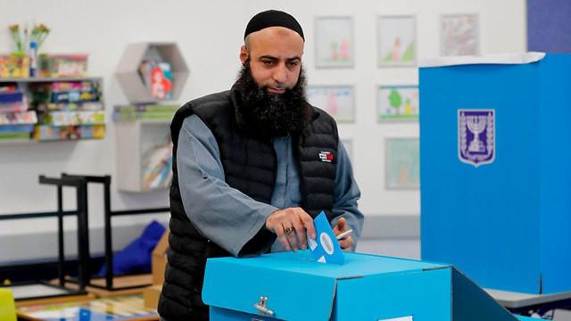 Израильский араб голосует