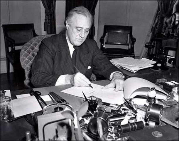 Президент США Франклин Рузвельт подписывает закон о ленд-лизе