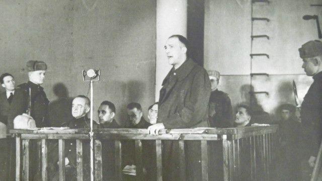 Підсудний підполковник Труккенброд дає покази у судовій залі Будинку Червоної Армії (нині – Будинок офіцерів на вулиці Грушевського)