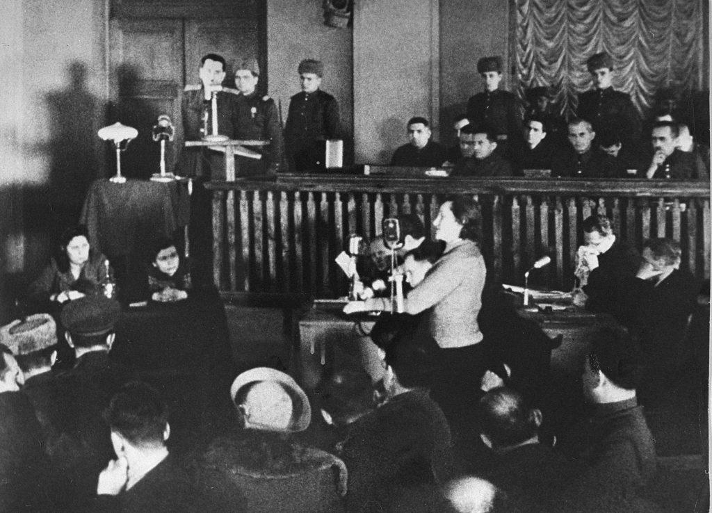 Діна Пронічева виступає свідком на київському процесі. Січень 1946 року