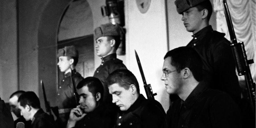 Підсудні (справа наліво): Борис Драхенфельс, Ганс Ізенман та інші на процесі у справі про звірства німецьких загарбників на території УРСР. Київ, 1946 р.