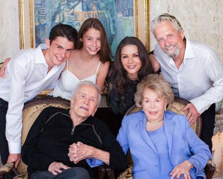 Кирк Дуглас с супругой Энн, Майкл Дуглас, Кэтрин Зета-Джонс и их дети – Дилан и Кери