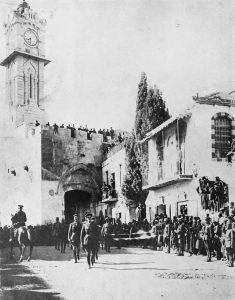 Генерал Алленби входит пешком  в иерусалимские ворота.