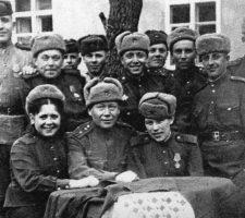 Не женское дело война: из 12 человек на снимке всего одна женщина – Лиза Меерович