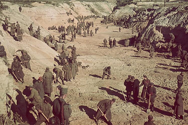 После массовых расстрелов евреев в Бабьем Яру там под надзором эсесовцев работали советские военнопленные