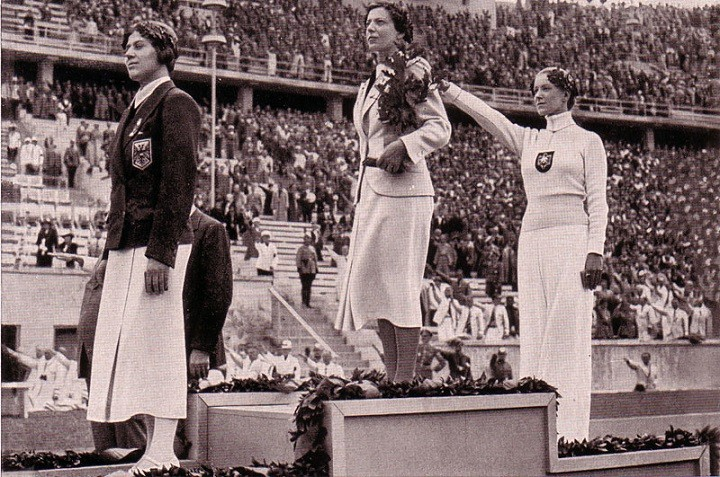 Награждение фехтовальщиц. Крайняя справа - Хелена Майер