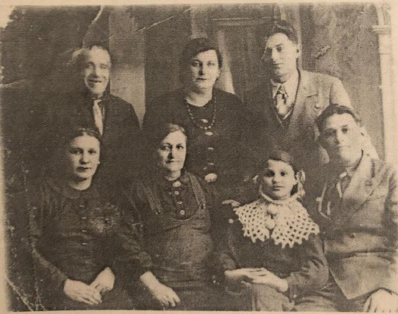 Тринадцатилетняя Роза Сигал с родными. Фото сделано накануне войны